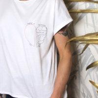 T-shirt con ricamo cuore cervello