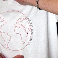 T-shirt con ricamo mondo